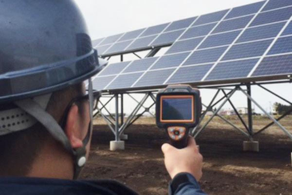 専用機器による太陽光パネルの点検